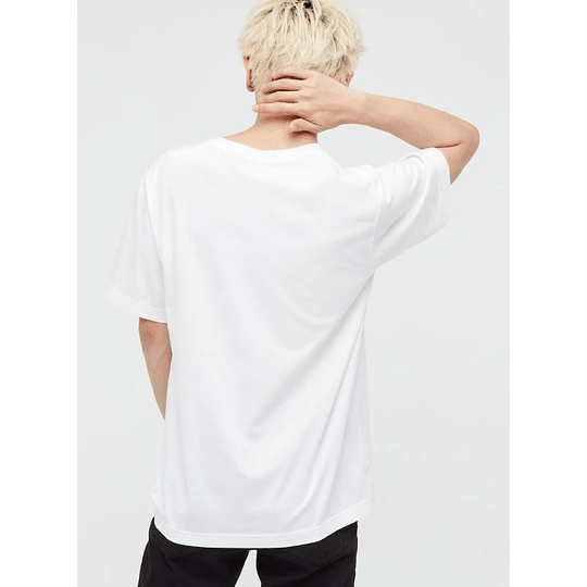 Polera Uniqlo Jujutsu Kaisen White (tallas japonesas)