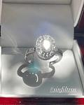 Anillo Solitario 1 Kilate en Brillantes corte Ovalado con Halo de Brillantes en Oro Blanco 18kl
