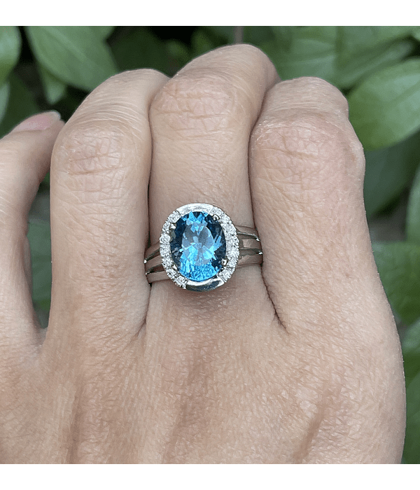Anillo Topacio Azul Ovalado con Halo de Brillantes en Oro Blanco 18kl