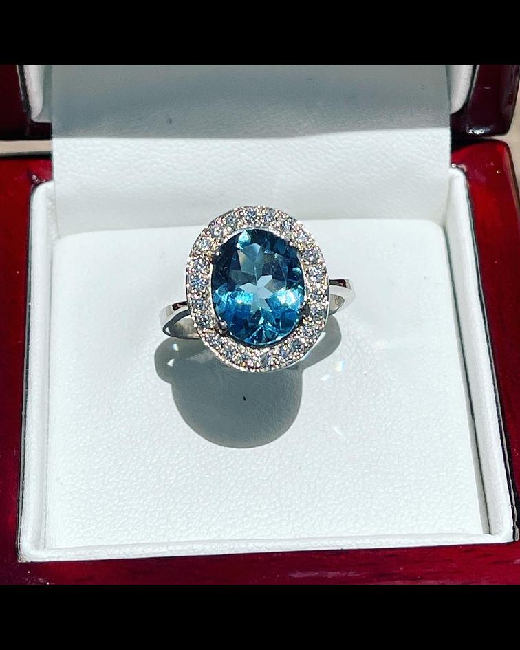 Anillo Zafiro Azul London Blue con Halo de Brillantes en Oro Blanco 18kl