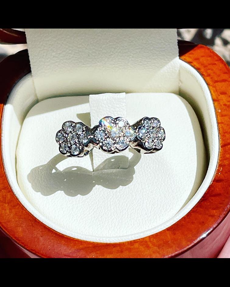 Anillo 3 Rosetas de diamantes en Oro Blanco 18kl
