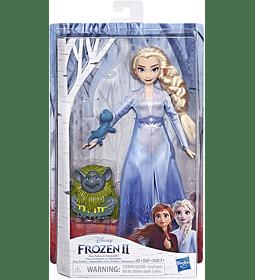 Elsa en traje de viaje con figuras de Pabbie y Salamandra Frozen 2