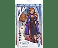 Anna en traje de viaje con figuras de Olaf y Bolso