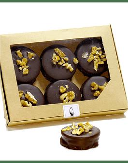 Alfajor Relleno de Manjar, Bañado en chocolate 55% Con trozos de Nuez Caja 4 und