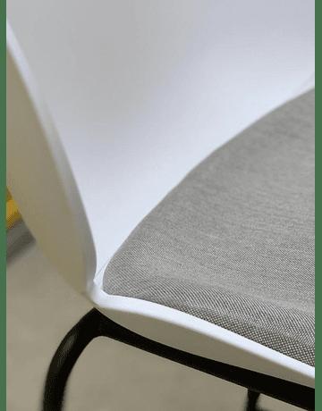 Silla GamFratesi Beetle GUBI Boob Soft Seat* color Blanco patas negras