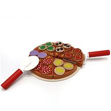 Pizza de madera con accesorios para cortar y servir