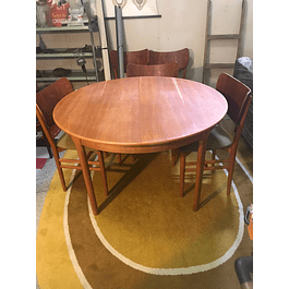 Round dining table in Oak