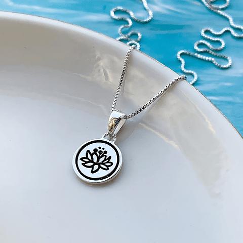 Collar Medalla Flor de Loto Minimal