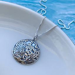 Collar Luna Protectora con Relieves 3D