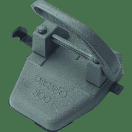 Perforadora 2 orificios, de fierro fundido color gris.