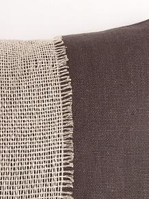 Cojín de lino gris y faja de red