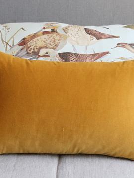 Cojín terciopelo pompón amarillo