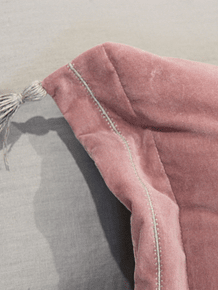 Cojín terciopelo rosado pompones de lino