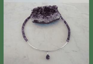 Collar de piedras amatista con detalles de plata y gota de piedra facetada