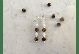 Aros de piedras ojo de tigre, cuarzo blanco y detalles de plata