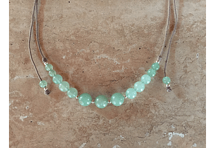 Collar de hilo regulable con piedras jade verde y detalles de plata