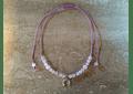 Collar de hilo regulable con piedras cuarzo rosado y colgante herradura de plata