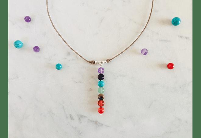 Collar de hilo regulable con piedras de los 7 chakras y detalles de plata