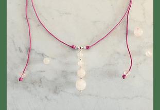 Collar de hilo regulable con piedras cuarzo rosado y detalles de plata