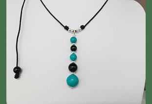 Collar de hilo regulable con colgante de piedras ónix y turquesa