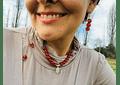 Collar de hilo regulable con piedras ágata cornalina y medallita de la virgen de los rayos de plata