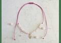 Collar de hilo regulable con piedras cuarzo rosado y mano de Fátima de plata