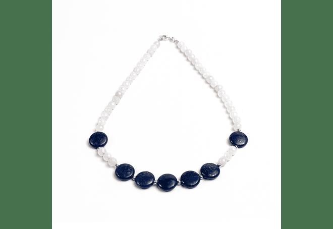 collar de piedras lapislazuli, cuarzo blanco y detalles de plata