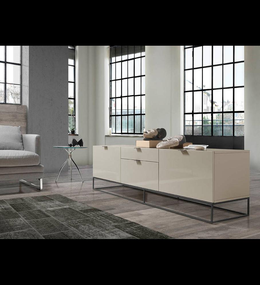Mueble TV lacado con estructura de acero negro.