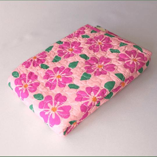 Funda almohadon quilt estampada  50x70 flores rosadas