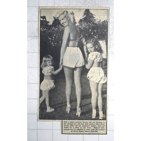1950 Betty Grable With Daughters Jessica And Vicky On The Lawn