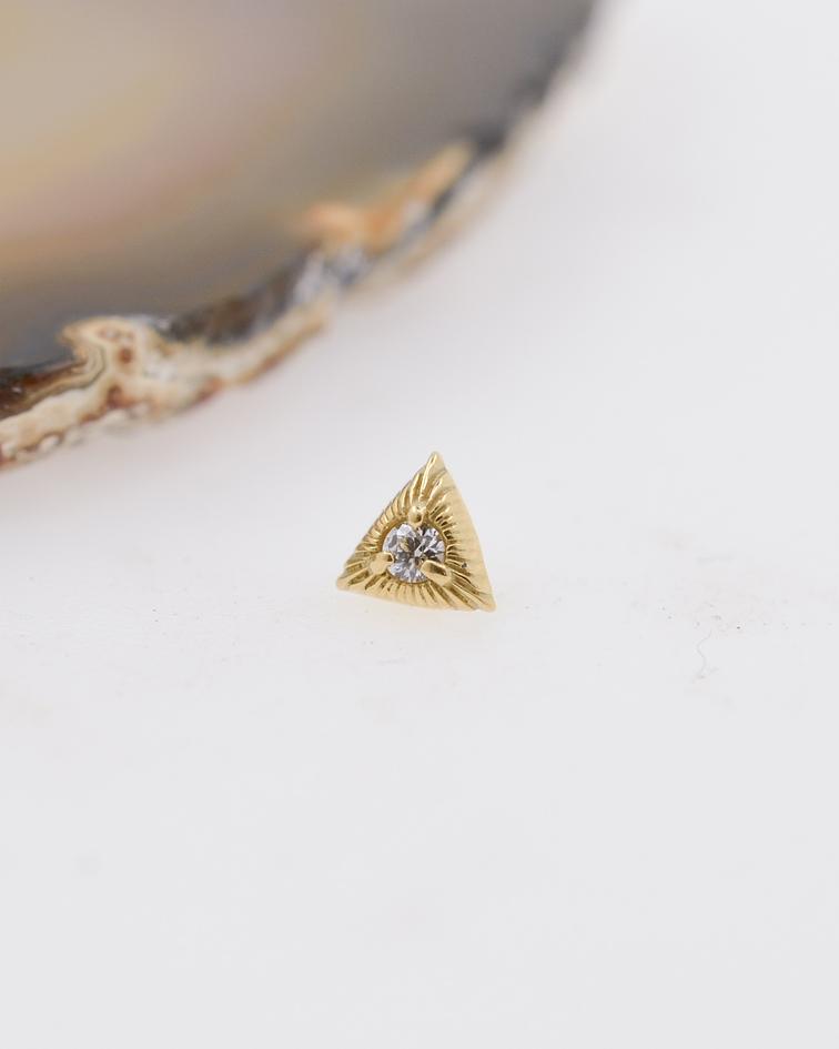 Triángulo estriado con zirconia cristal prong set en oro amarillo – 16g