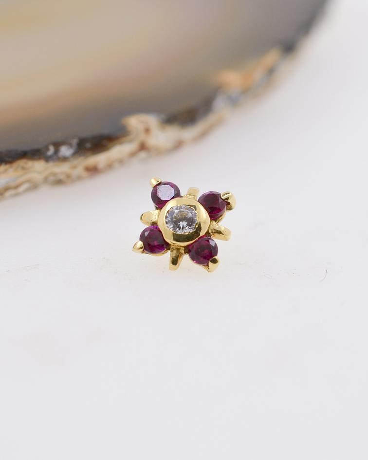 Flor de 4 pétalos con zirconia fucsia exterior y cristal central prong set en oro amarillo – 14g