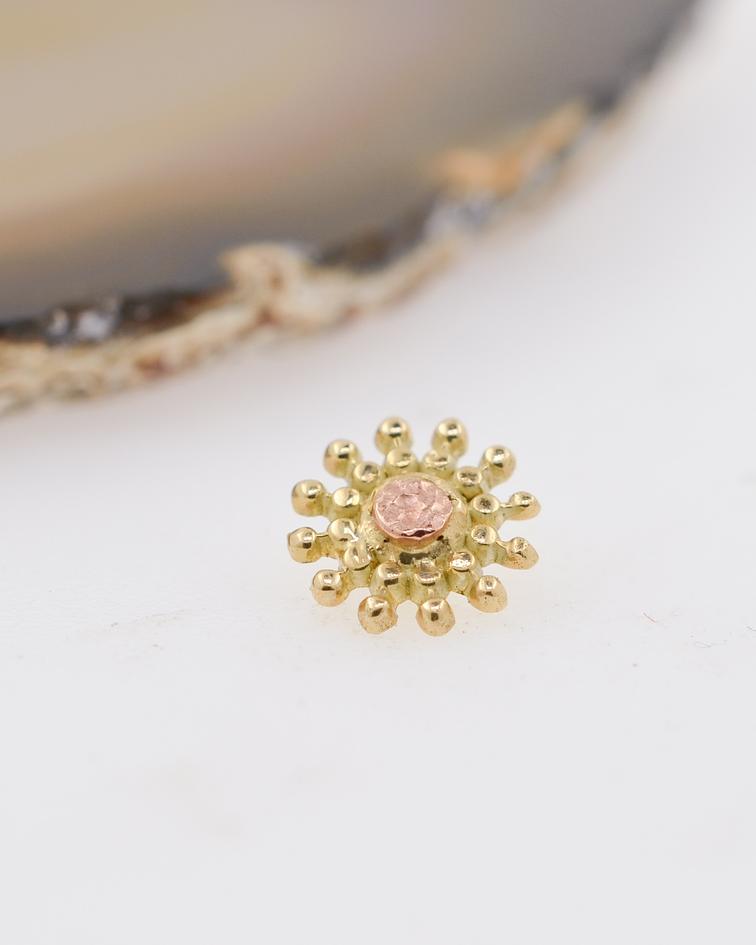 Flor milgrain en oro amarillo con centro de oro rosa martillado– 16g