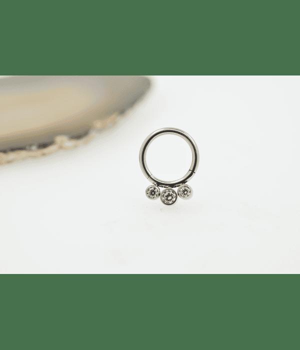 Segment ring clicker con triple gema zirconia cúbica