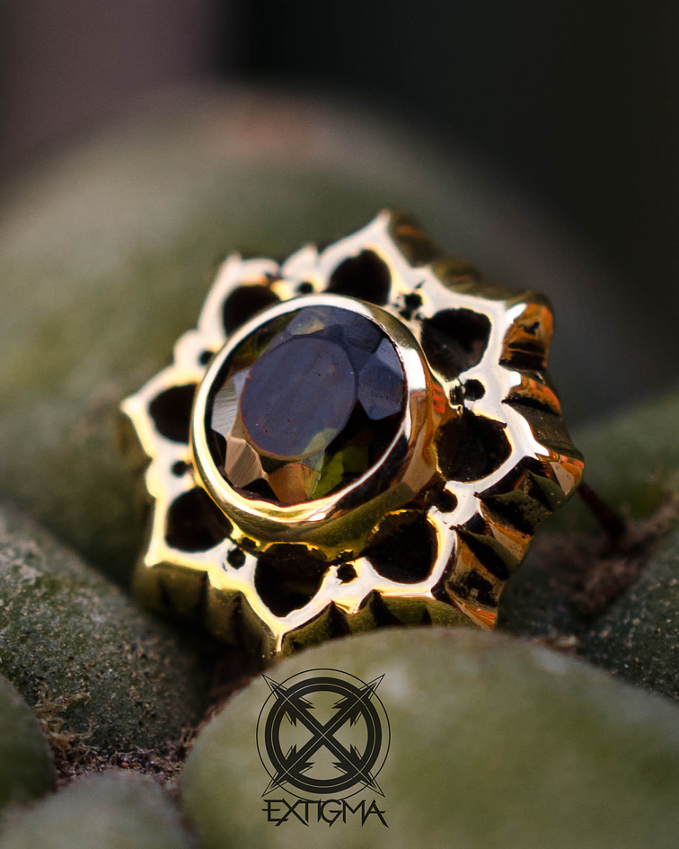 Flor de loto con gema en oro amarillo - 14g
