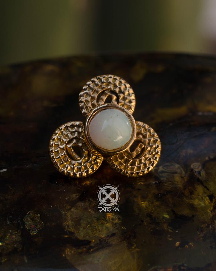 Triskell con ópalo blanco - antigüedad en oro amarillo - 14g