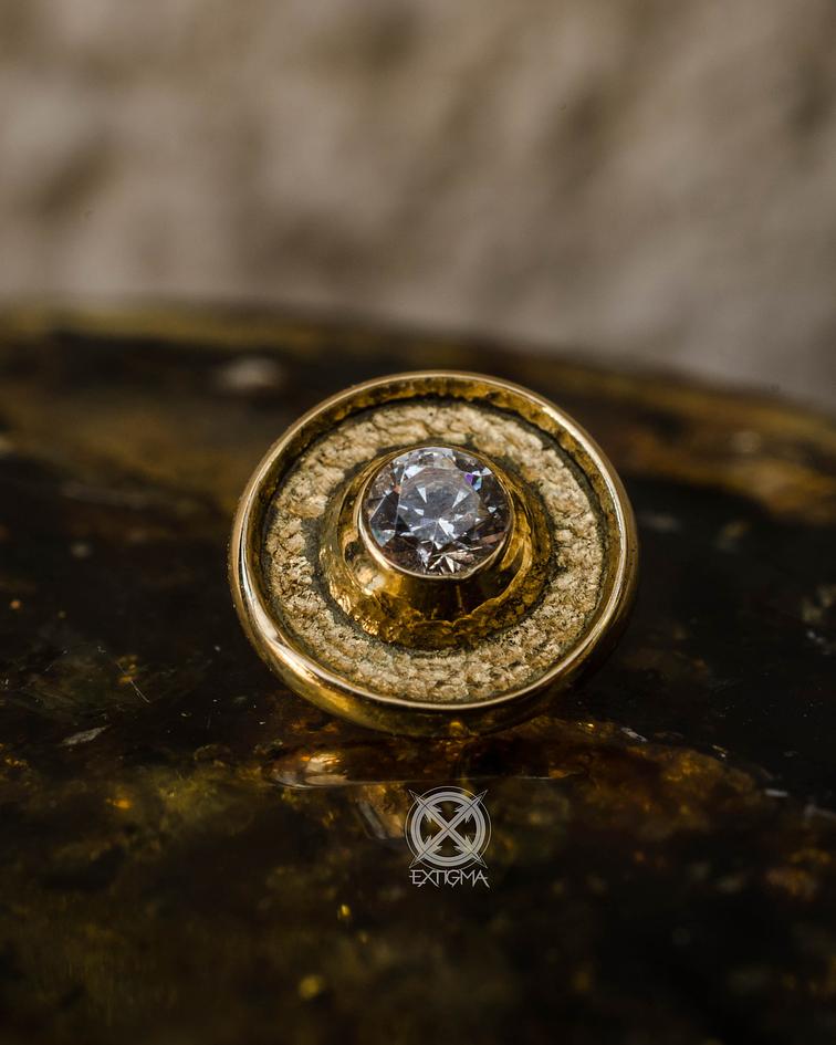 Círculo con centro martillado y gema en oro amarillo - 16g