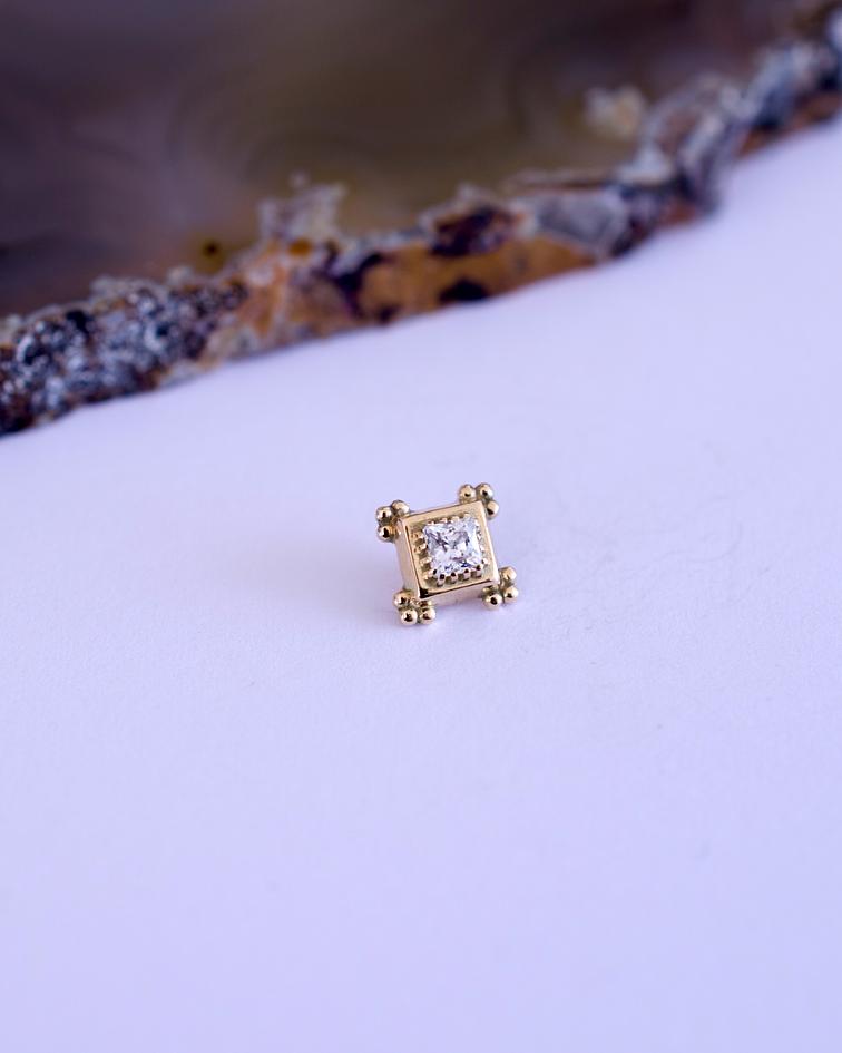 Cuadrado cruz de piramid balls y gema princesa en oro amarillo - 16g