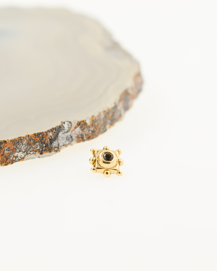 Cuadro con bolitas y ópalo negro en oro amarillo - 14g