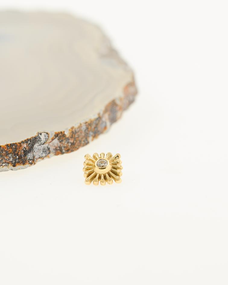 Sol cuadrado con gema en oro amarillo - 16g
