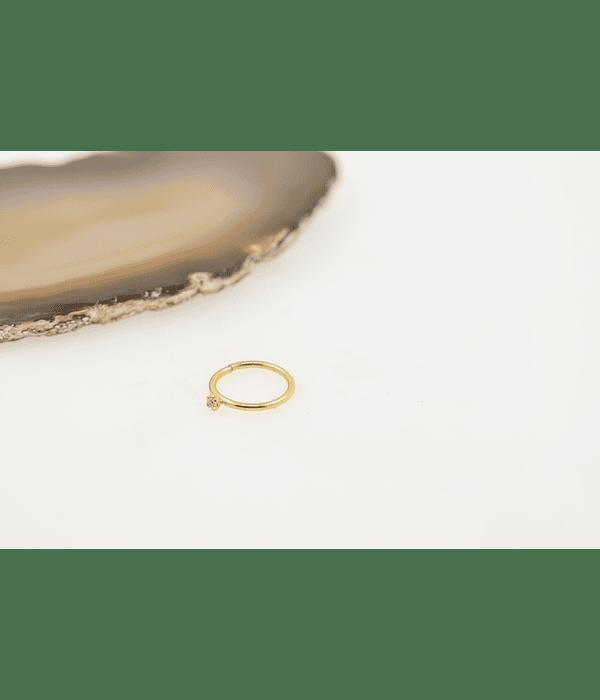 Argolla seamless con zirconia prong set en oro amarillo
