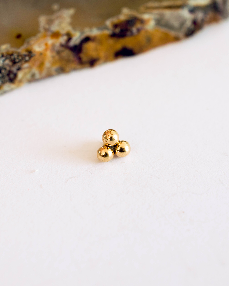 Beaded Triplet en oro amarillo - Threadless o pin