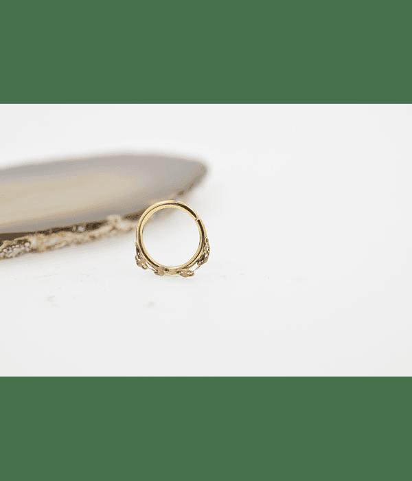 Argolla con cadenita tipo seamless de oro amarillo