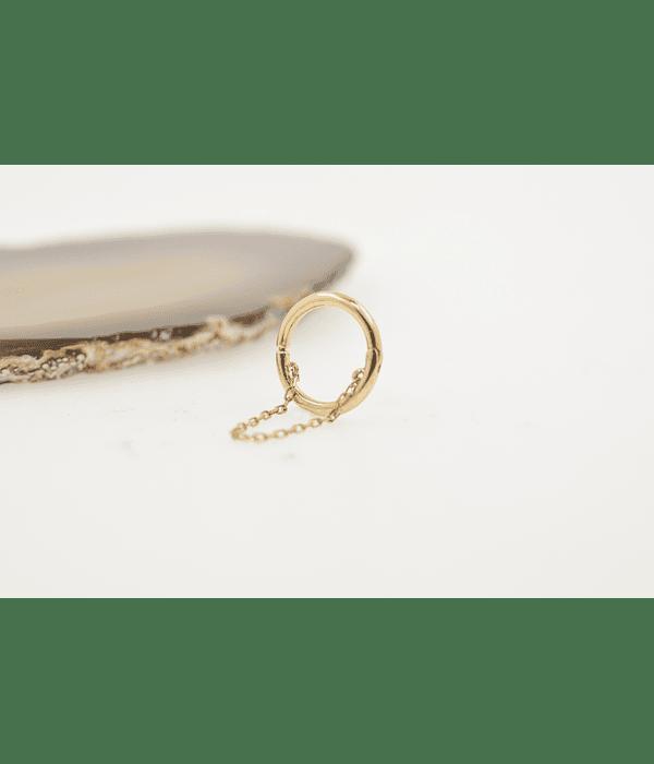 Argolla con cadenita larga tipo seamless de oro amarillo