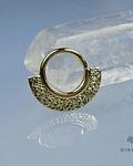 Argolla con placa martillada y textura especial de oro amarillo - Ginkgo