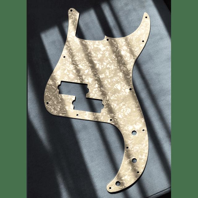 Pickguard Fender White Moto 13 Agujeros para Precision Bass®
