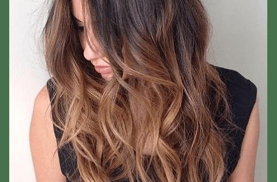 Consiste en decolorar secciones o el total del cabello con la técnica que determine el colorista junto a la clienta  y luego matizar la decoloración con el tono elegido por la cliente (incluye lavado y secado (no brushing)).Servicio puede ser usado hasta el 30 de Septiembrede2020.