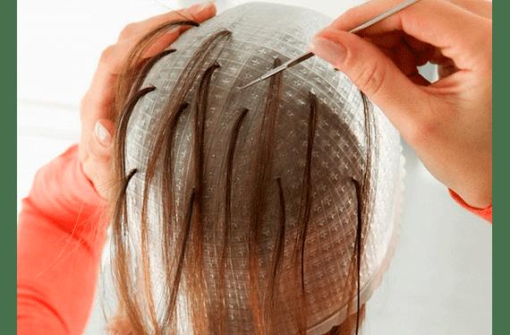 Consiste en decolorar mechas del cabello con la técnica del uso de gorro (se sacan grupos muy finos de cabellos a través de las perforaciones del gorro) para luego matizar al color elegido por la cliente (incluye lavado y secado (no brushing)). Servicio puede ser usado hasta el 30 de Septiembrede2020.