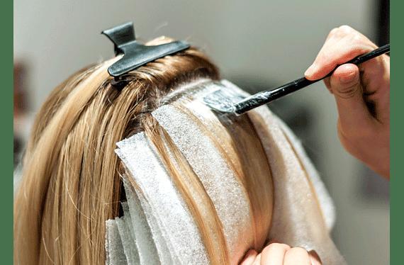 Consiste en decolorar mechas del cabello con la técnica del uso de papel para luego matizar al color elegido por la cliente (incluye lavado y secado (no brushing)).Servicio puede ser usado hasta el 30 de Septiembrede2020.
