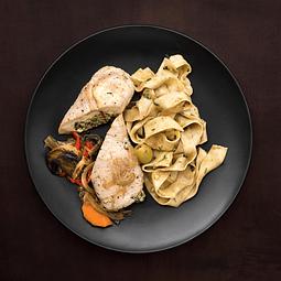 Pechuga de pollo rellena con fetuccini y verduras asadas.